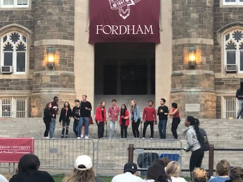 Fordhams Hot Notes a capella group performs on the Keating Steps. (courtesy of Ava Erickson for the Fordham Ram)